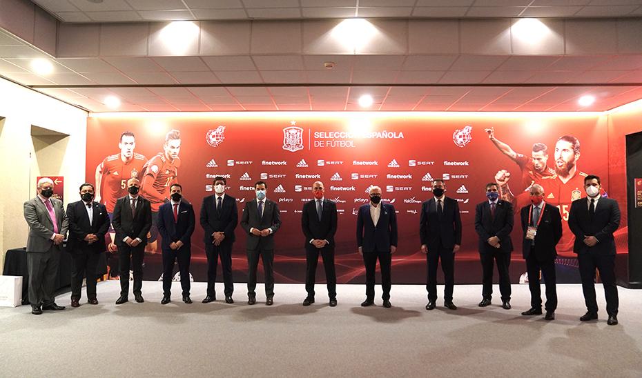 Las autoridades asistentes al encuentro entre España y Alemania en el estadio de la Cartuja.