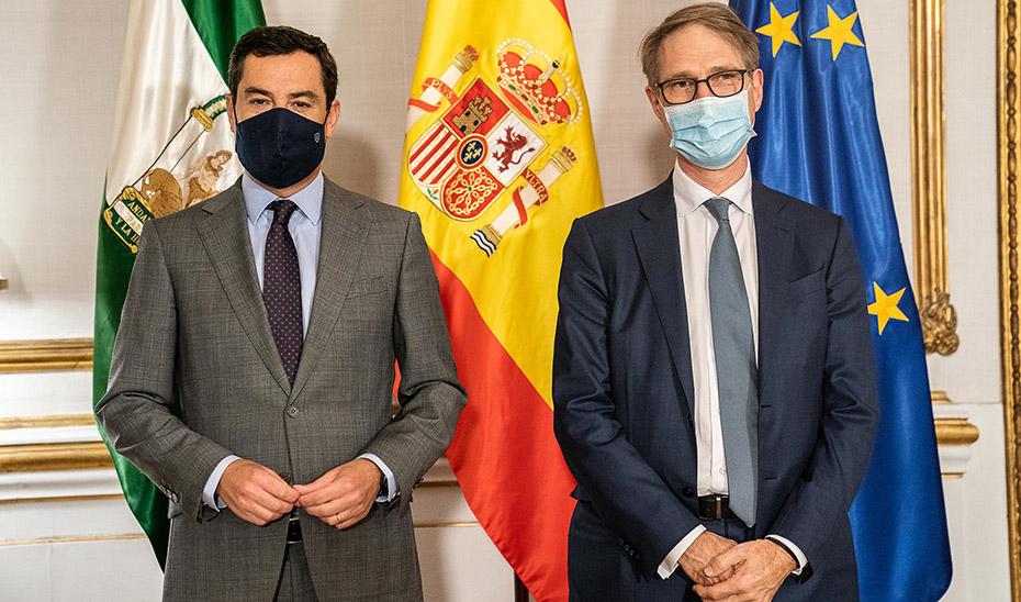 El presidente Juanma Moreno posa junto al consejero delegado de Cepsa, Philippe Boisseau, en San Telmo.