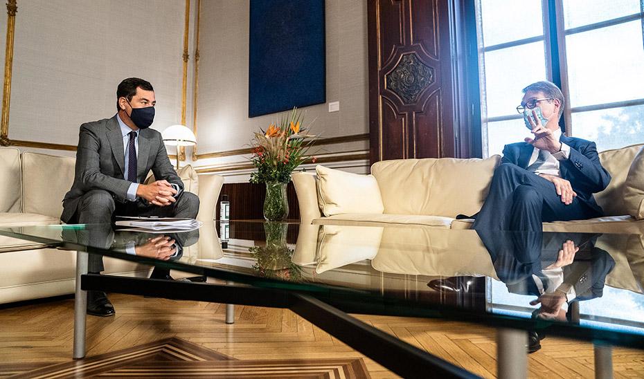 El presidente Juanma Moreno, durante su reunión con el director ejecutivo de Cepsa, Philippe Boisseau.