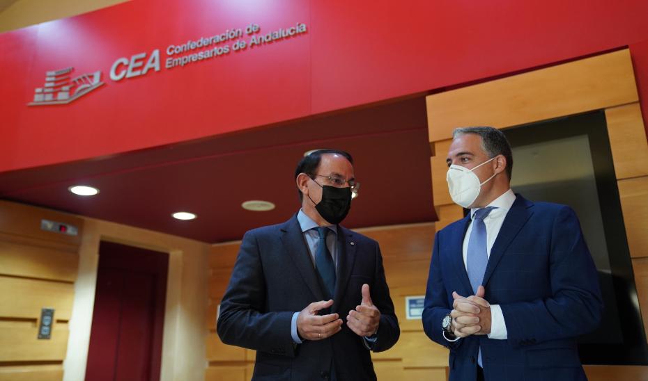 El consejero Elías Bendodo conversa con el presidente de la CEA, Javier González de Lara.