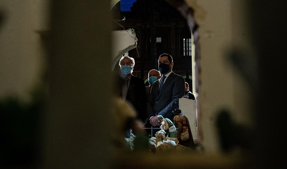 El presidente Juanma Moreno contempla el belén de la capilla de San Telmo.