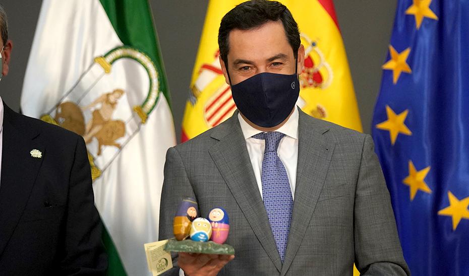 El presidente Juanma Moreno, con el nacimiento que le ha entregado la Asociación de Belenistas como representante del pueblo andaluz.