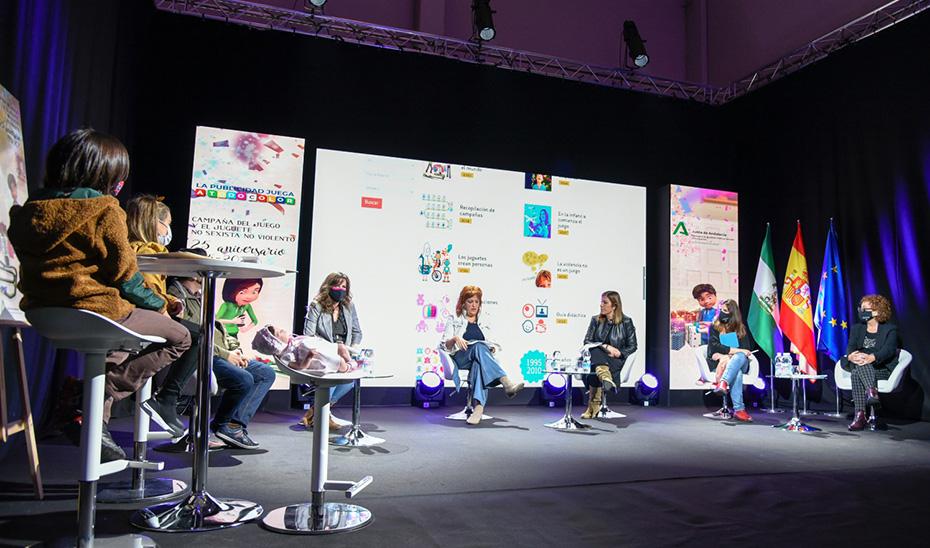 Un momento de la mesa redonda, en la que participaron niñas y niños, sobre los juguetes sexistas.