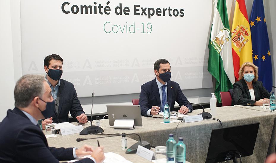 El presidente andaluz, Juanma Moreno, preside la reunión del comité de expertos en la pandemia.