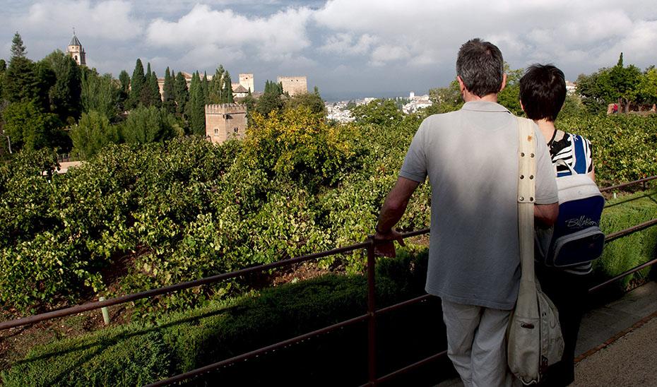 Una pareja de turistas, en Granada. (Foto EFE)