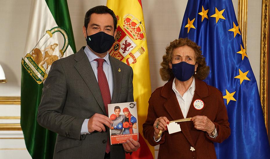 Juanma Moreno hoy junto a María Luisa Guardiola, presidenta de Andex, asociación de Padres de Niños con Cáncer de Andalucía.