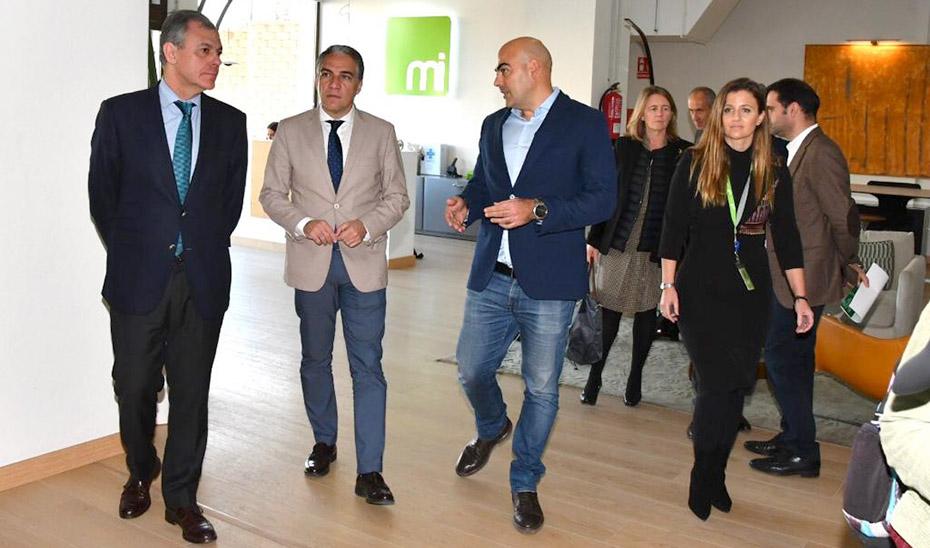 El consejero Elías Bendodo, durante su visita a las instalaciones de Media Interactiva.