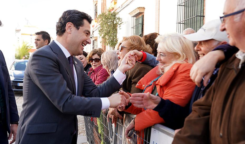 El presidente Juanma Moreno saluda a algunos ciudadanos.
