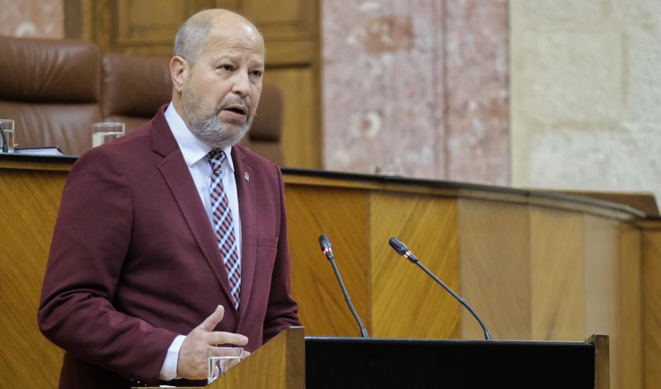 El consejero Javier Imbroda interviene en la sesión de control del pleno en el Parlamento de Andalucía.