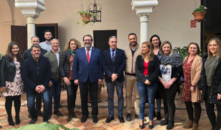El consejero Elías Bendodo durante su visita al Ayuntamiento de Carmona.