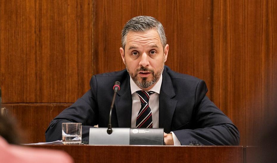El consejero de Hacienda, Juan Bravo, durante su intervención en la comisión parlamentaria.