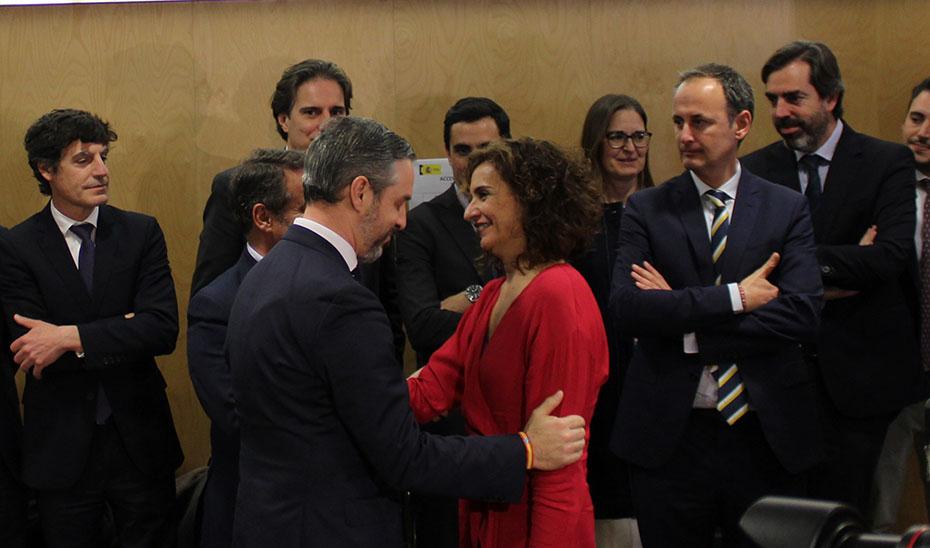El consejero de Hacienda, Juan Bravo, saluda a la ministra en los prolegómenos de la reunión del Consejo de Política Fiscal y Financiera.