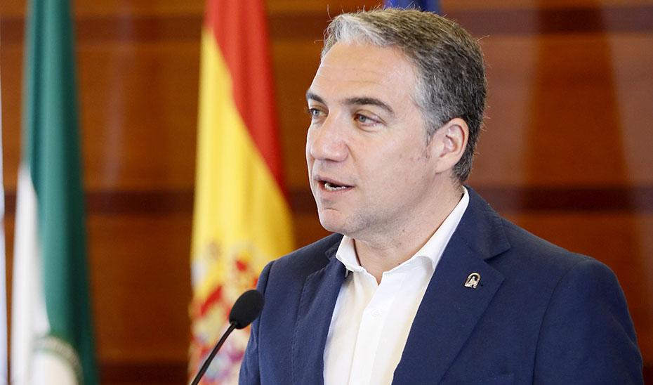 El consejero Elías Bendodo se dirige a los medios de comunicación en el Parlamento. (Foto: EFE)