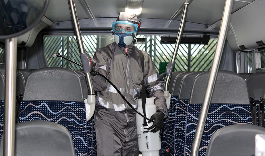 Labores de desinfección en un autobús.