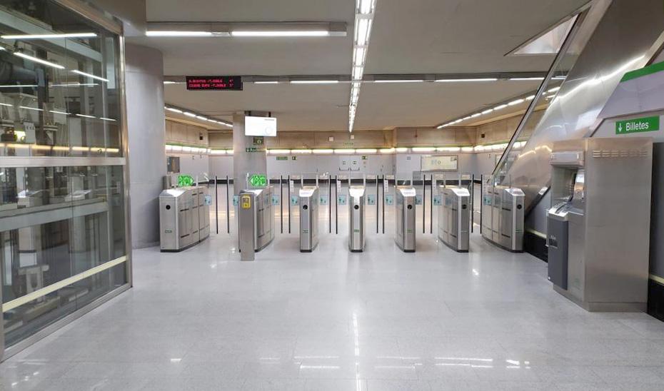 Los tornos de una de las estaciones del metro de Sevilla.