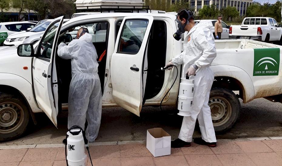 Labores de desinfección en uno de los vehículos de la Agencia de Medio Ambiente y Agua de Andalucía (Amaya).