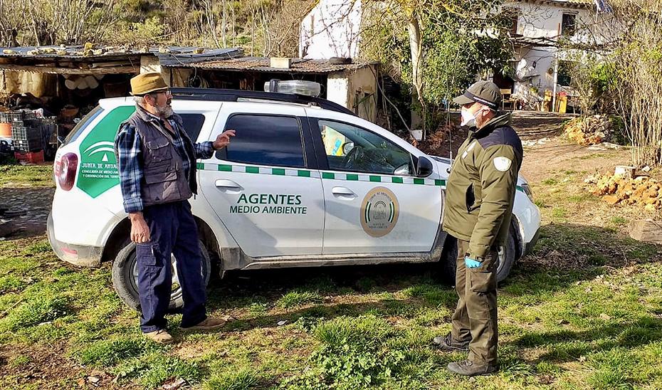 Agentes de Medio Ambiente cuidan y asesoran durante la alarma por coronavirus a personas que viven aisladas en el campo