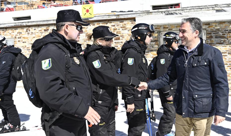 Elías Bendodo saluda a los agentes del Núcleo de Esquí de la Unidad de Policía Adscrita a la Comunidad Autónoma en Sierra Nevada.