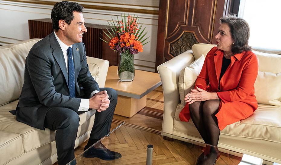 Juanma Moreno y Sandra García, en un momento de la reunión celebrada en San Telmo.
