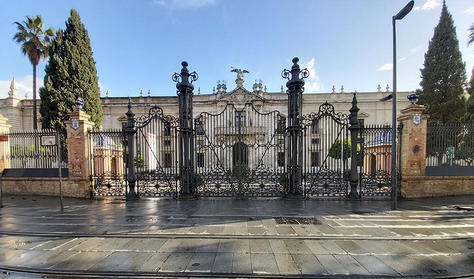 Fachada de la Universidad de Sevilla cerrada por la alerta sanitaria decretada ante la pandemia de Covid-19.