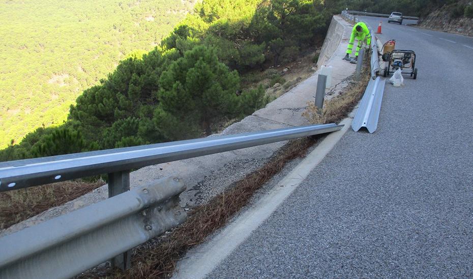 Operarios realizan trabajos de conservación de carreteras.
