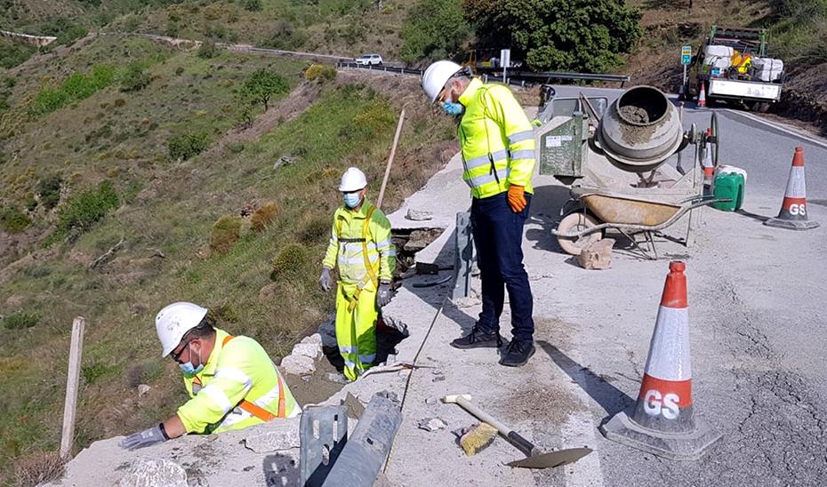 Trabajadores realizando obras de mantenimiento de carreteras.