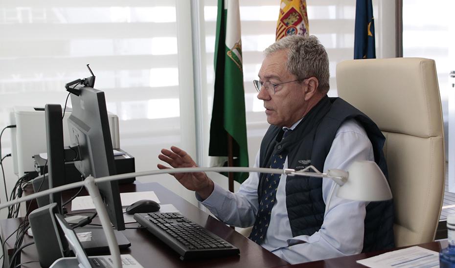 El consejero Rogelio Velasco, reunido por videoconferencia.