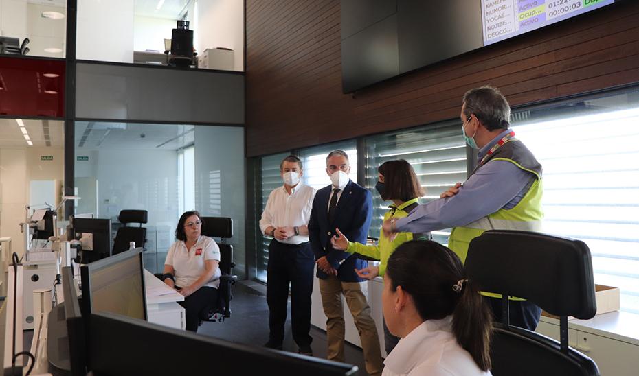 Un momento de la visita de Bendodo a la sede regional de Emergencias 112 Andalucía en Sevilla.