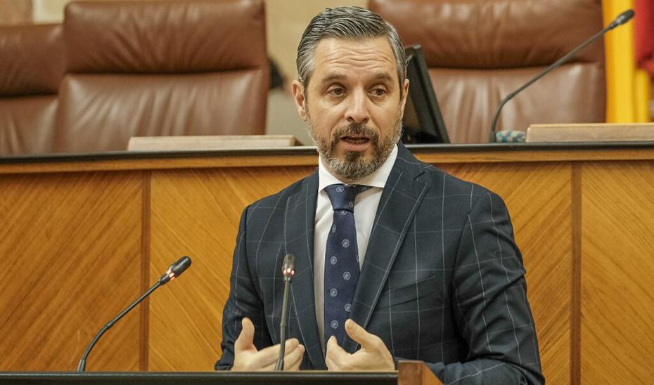 Juan Bravo interviene desde la tribuna en un momento de su intervención ante el Pleno del Parlamento andaluz.