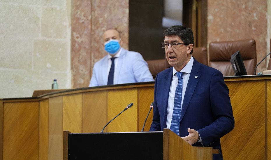 El vicepresidente andaluz y responsable de Turismo, Juan Marín, durante su intervención en el pleno.