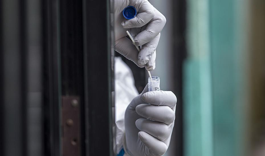 Confirmado un positivo, el SAS contacta con su entorno para derivar a los centros de salud por si es necesario la PCR. (Foto: EFE)
