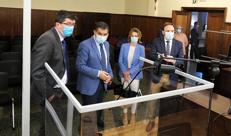 Juan Marín y Lorenzo del Río comprueban las medidas de protección frente al Covid-19 instaladas en los juzgados.
