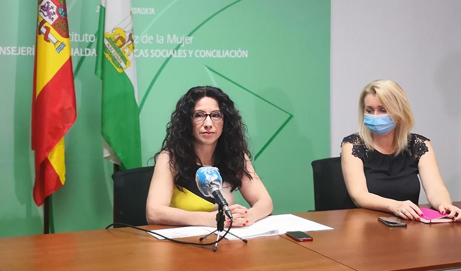 Rocío Ruiz, junto a la directora del IAM, Laura Fernández, en la presentación del balance.