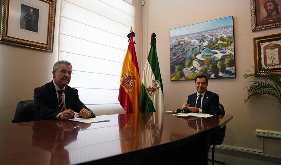 El presidente de la Junta, junto al alcalde de Estepona, José María García Urbano, en el Ayuntamiento,