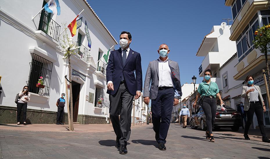 Moreno pasea por las calles de Manilva junto al alcalde, Mario Jiménez.