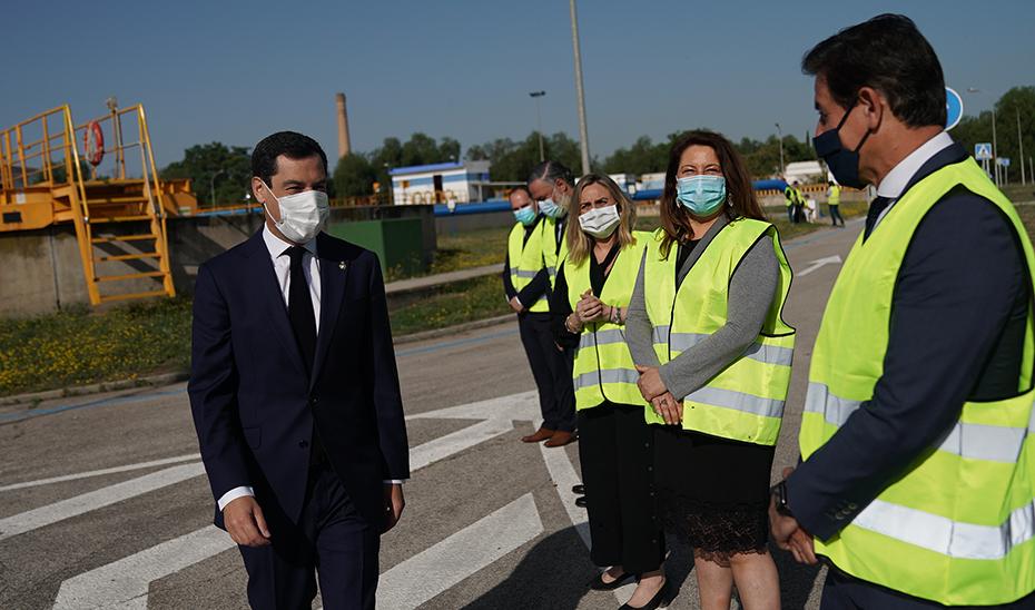 Juanma Moreno es recibido por las autoridades a su llegada a la EDAR de los Vados, en Granada.
