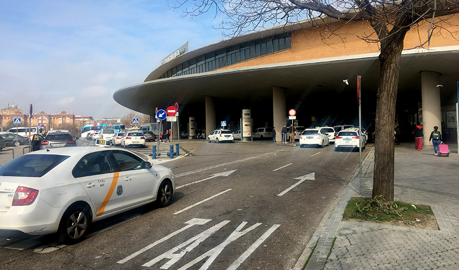 Taxis en la parada existente en la estación de tren de Santa Justa en Sevilla.