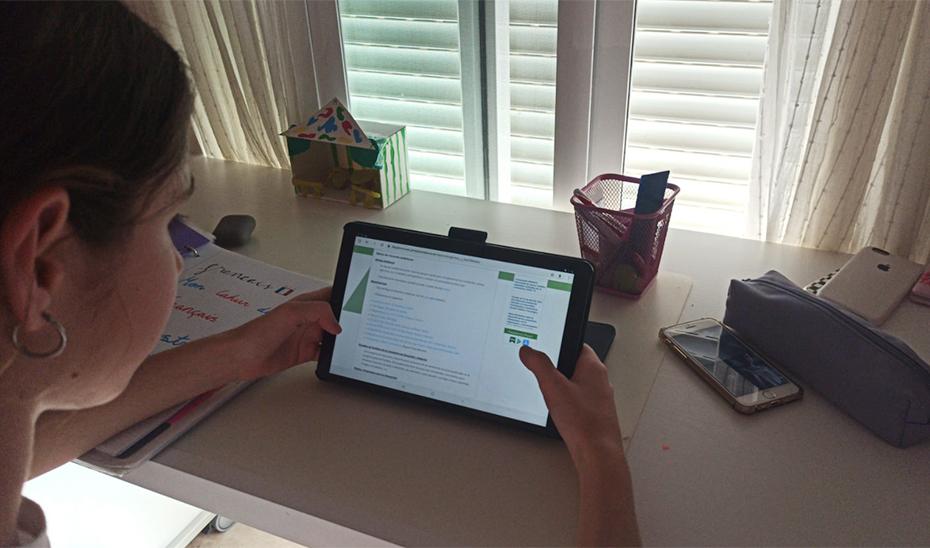 Una alumna de Secundaria consulta su tablet.