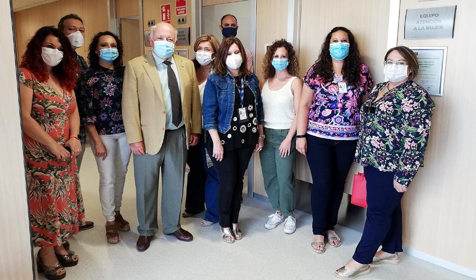 El consejero de Salud y Familias, Jesús Aguirre, durante la visita al equipo provincial  de Atención a la Mujer y Familia del SAS de Córdoba, ubicado en el Centro de Salud de Huerta La Reina.