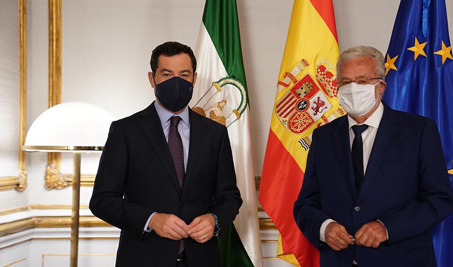 El presidente de la Junta de Andalucía, Juanma Moreno, recibe en San Telmo al Defensor del Pueblo Andaluz, Jesús Maeztu.