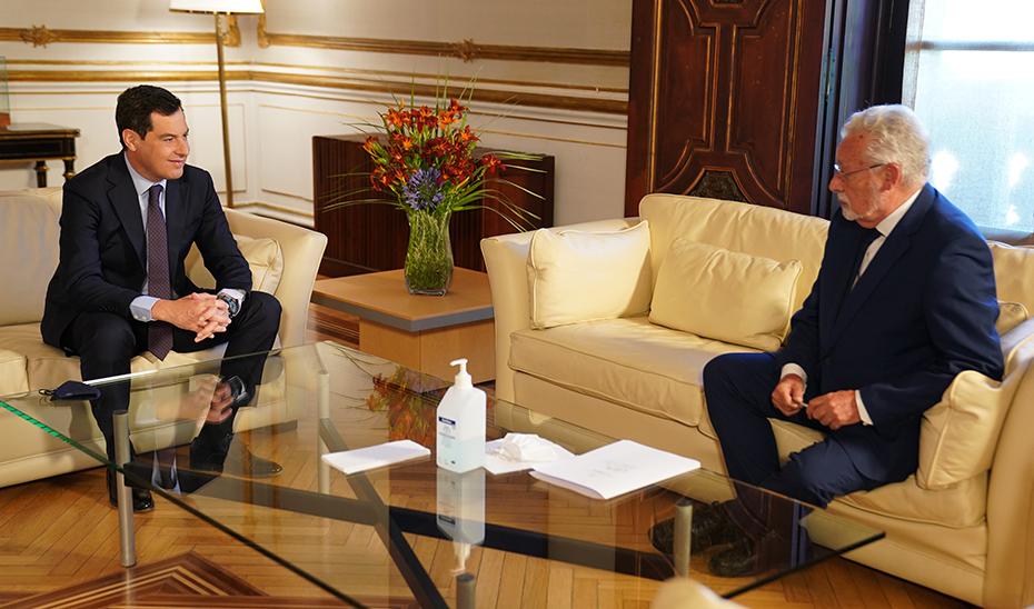 Imagen del inicio de la reunión mantenida por Juanma Moreno y Jesús Maeztu este lunes.
