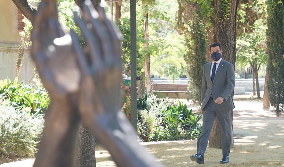 Moreno ante la escultura de homenaje a los profesionales que han combatido el Covid-19.