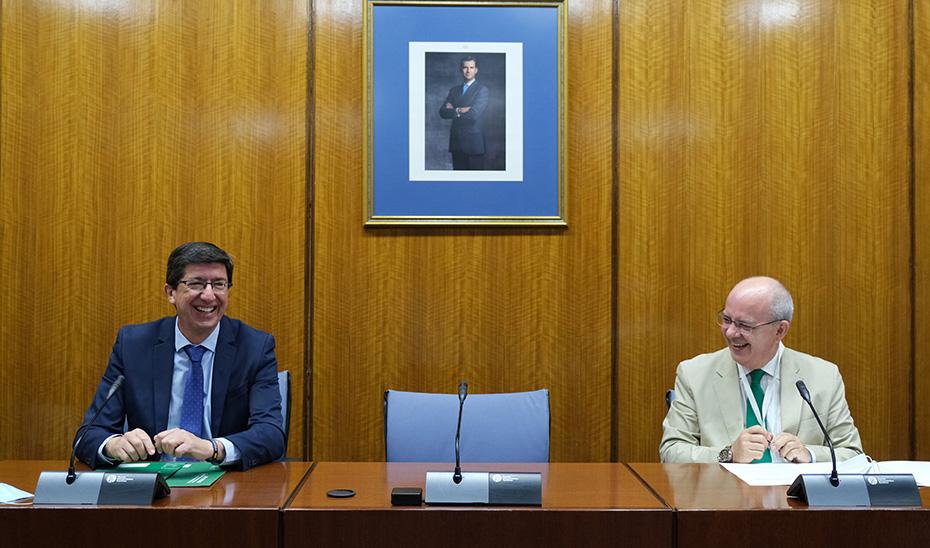 Juan Marín y Javier Sánchez Rojas, durante la firma del convenio para la digitalización del sector turístico andaluz.