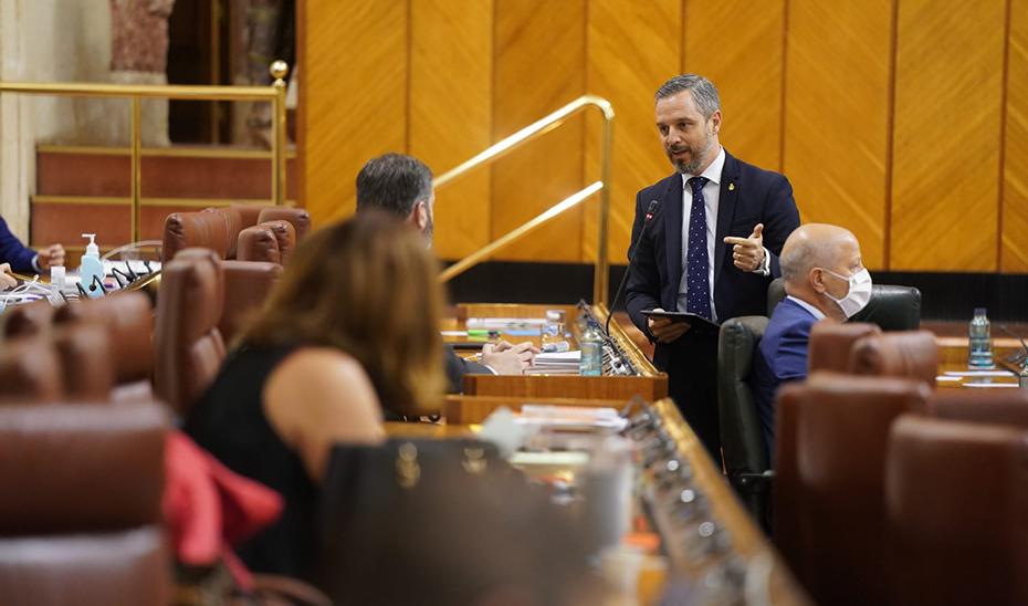 El consejero de Hacienda, Industria y Energía, Juan Bravo, interviniendo desde su escaño hoy durante el pleno.
