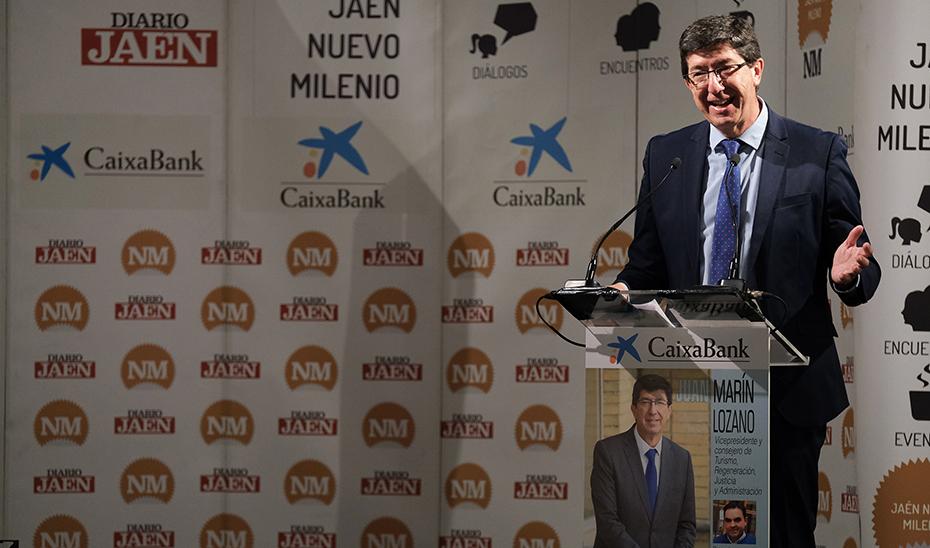 El vicepresidente y consejero de Turismo, Juan Marín, interviniendo desde el atril en el desayuno informativo organizado por Diario Jaén.