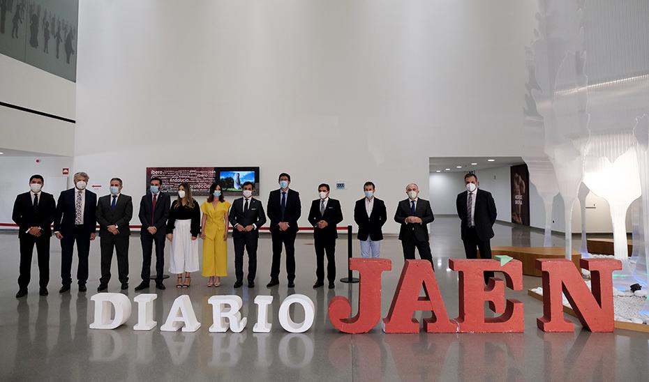 Marín en el hall del Museo Íbero posando junto al staff de Diario de Jaén en el photocall.