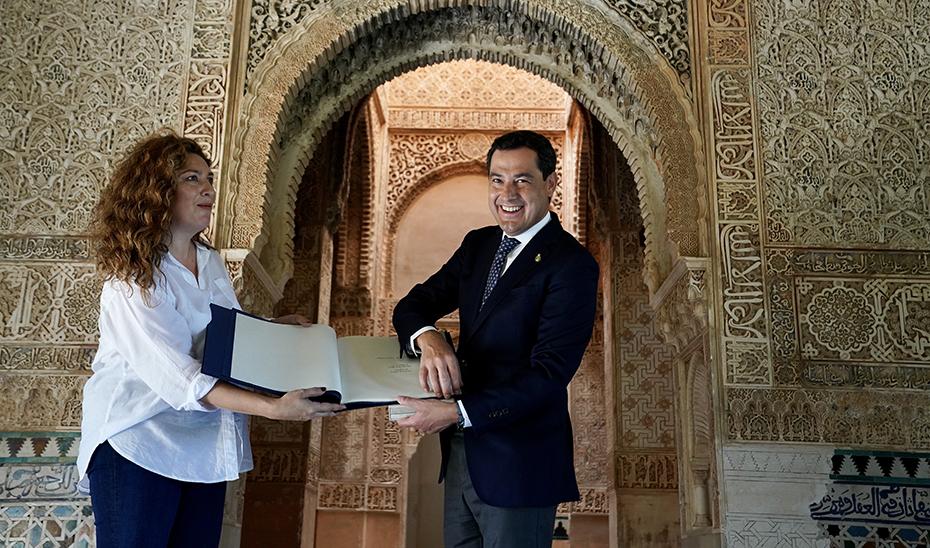 El presidente agradece la cesión de la canción con un libro de litografías de la Alhambra.