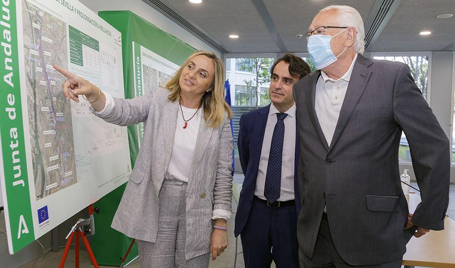 La consejera de Fomento, Marifrán Carazo, con el viceconsejero y el director general de Movilidad viendo los proyectos de la línea 3.