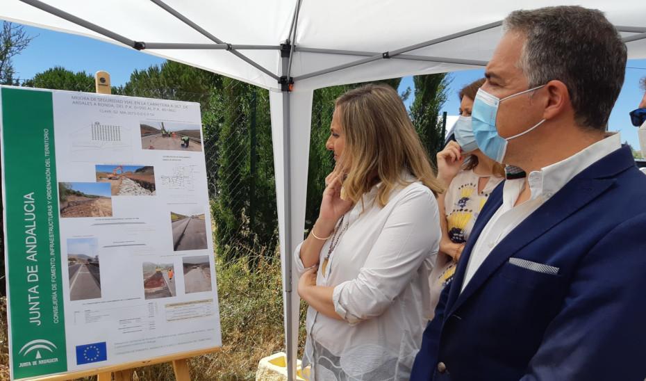 Los consejeros Elías Bendodo y Marifrán Carazo durante su visita a la finalización de las obras de la carretera Ronda-Ardales.