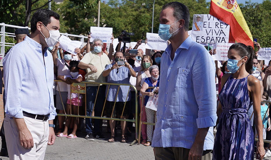 El presidente de la Junta acompaña a los Reyes en su visita al Polígono Sur de Sevilla